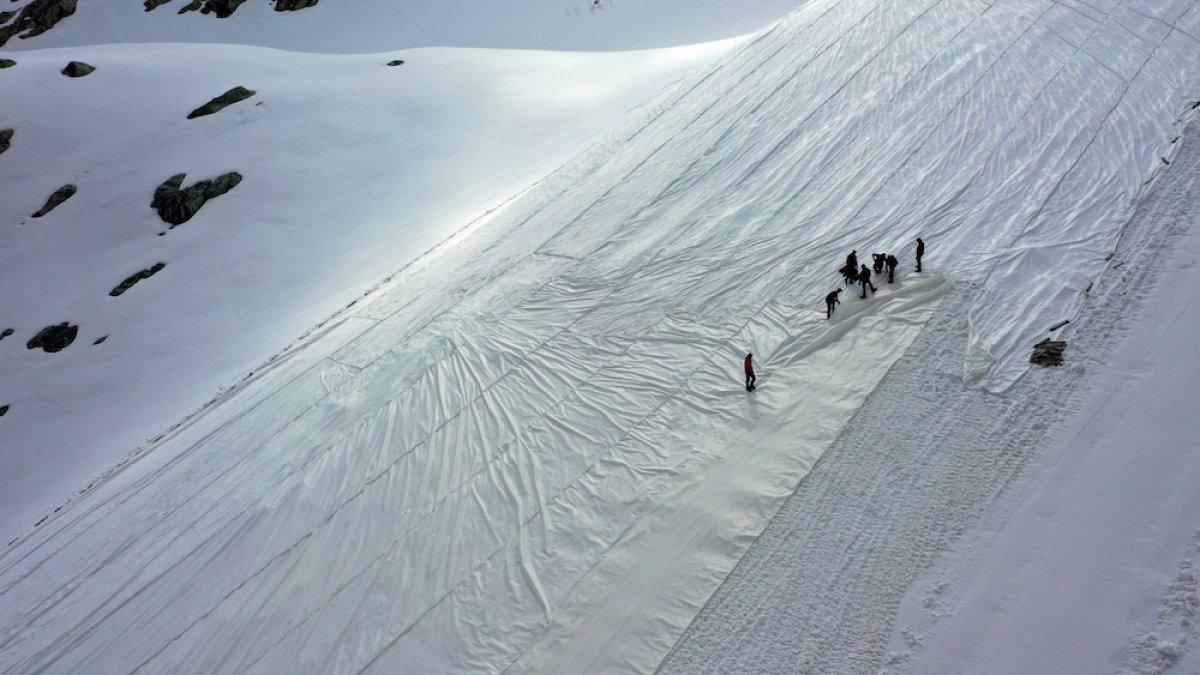 İtalya daki Presena buzulu örtüyle kaplandı #4