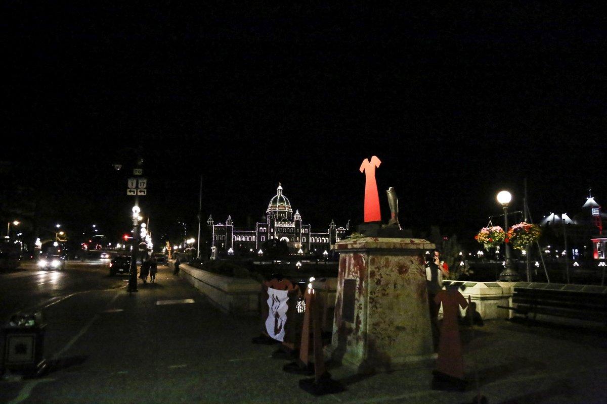 Kanada da Kaptan James Cook heykeli yerinden söküldü #4