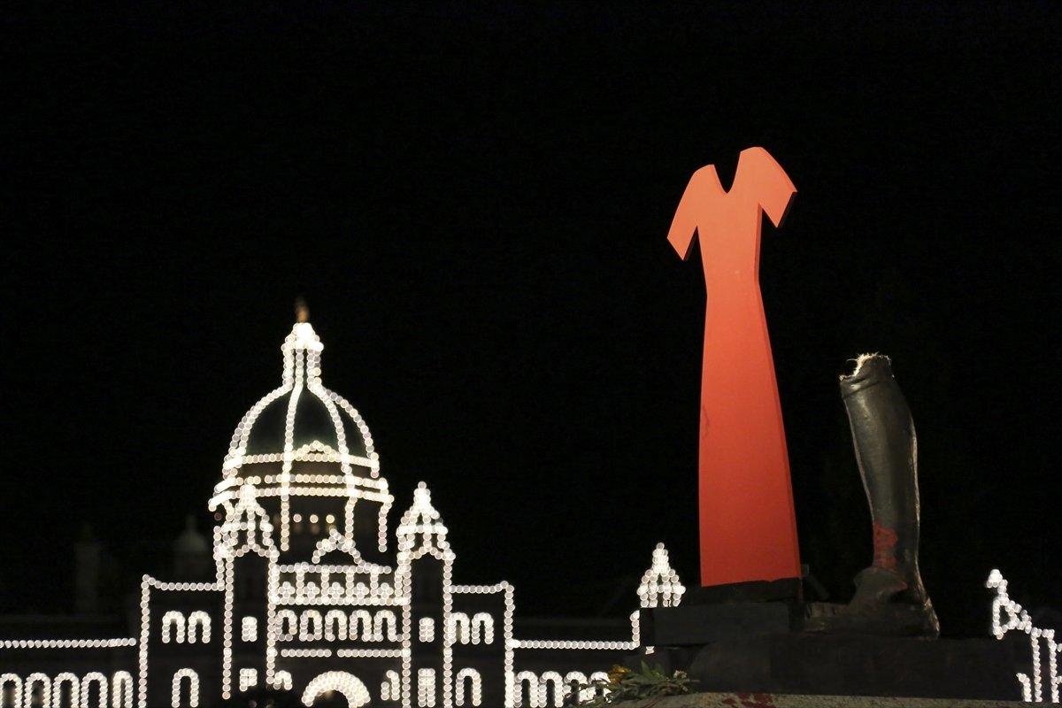 Kanada da Kaptan James Cook heykeli yerinden söküldü #2