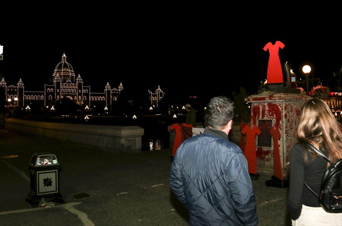 Kanada da Kaptan James Cook heykeli yerinden söküldü #1