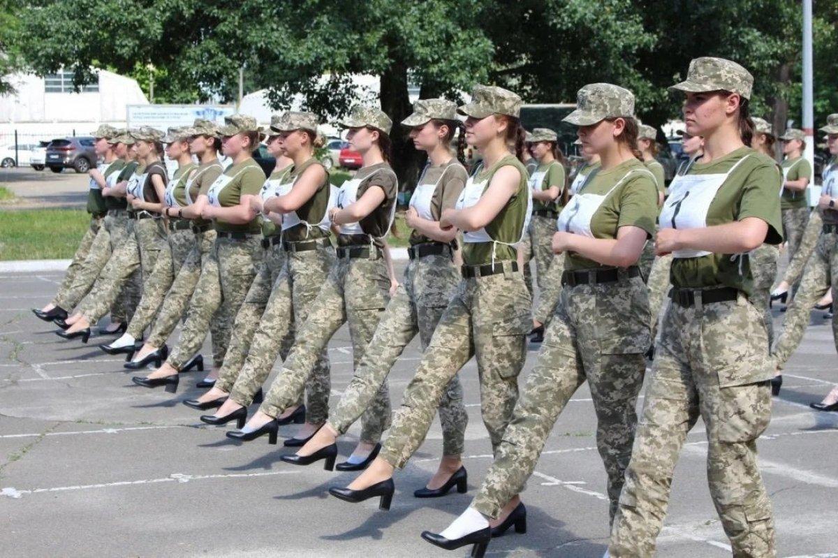 Ukrayna'da kadın askerlerin topuklu ayakkabı giymesi ülkede kriz çıkardı #2