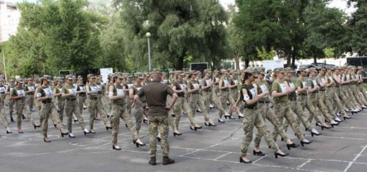Ukrayna'da kadın askerlerin topuklu ayakkabı giymesi ülkede kriz çıkardı #4
