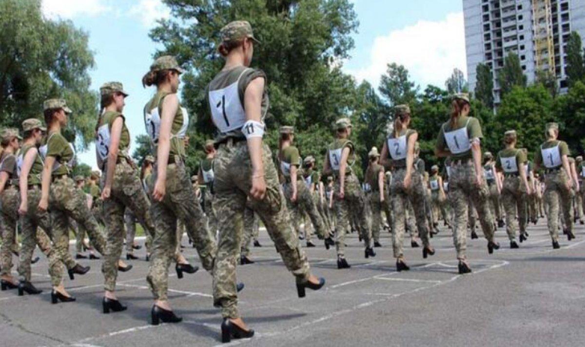Ukrayna'da kadın askerlerin topuklu ayakkabı giymesi ülkede kriz çıkardı #3