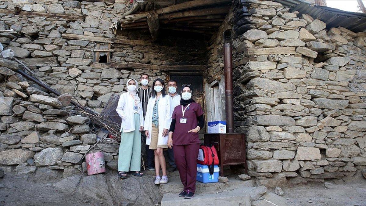 Bitlis te mobil aşı ekibi köy köy gezerek vatandaşları aşılıyor #3