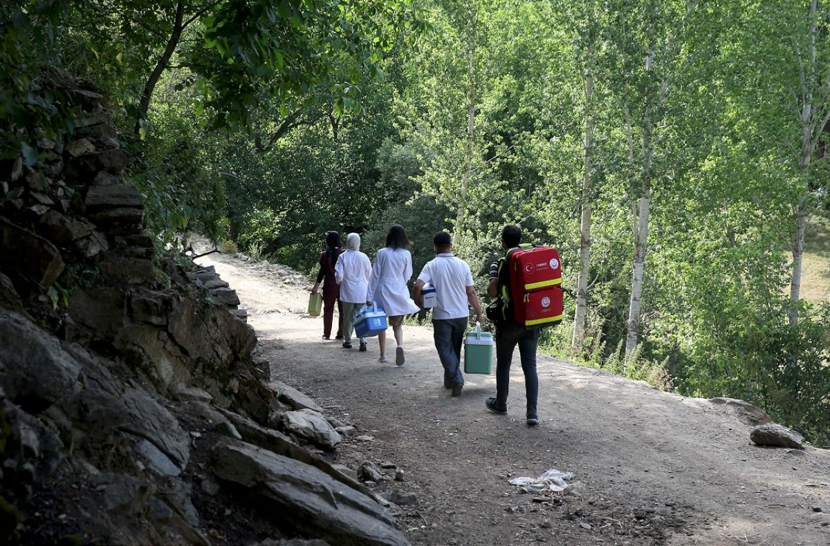Bitlis te mobil aşı ekibi köy köy gezerek vatandaşları aşılıyor #4