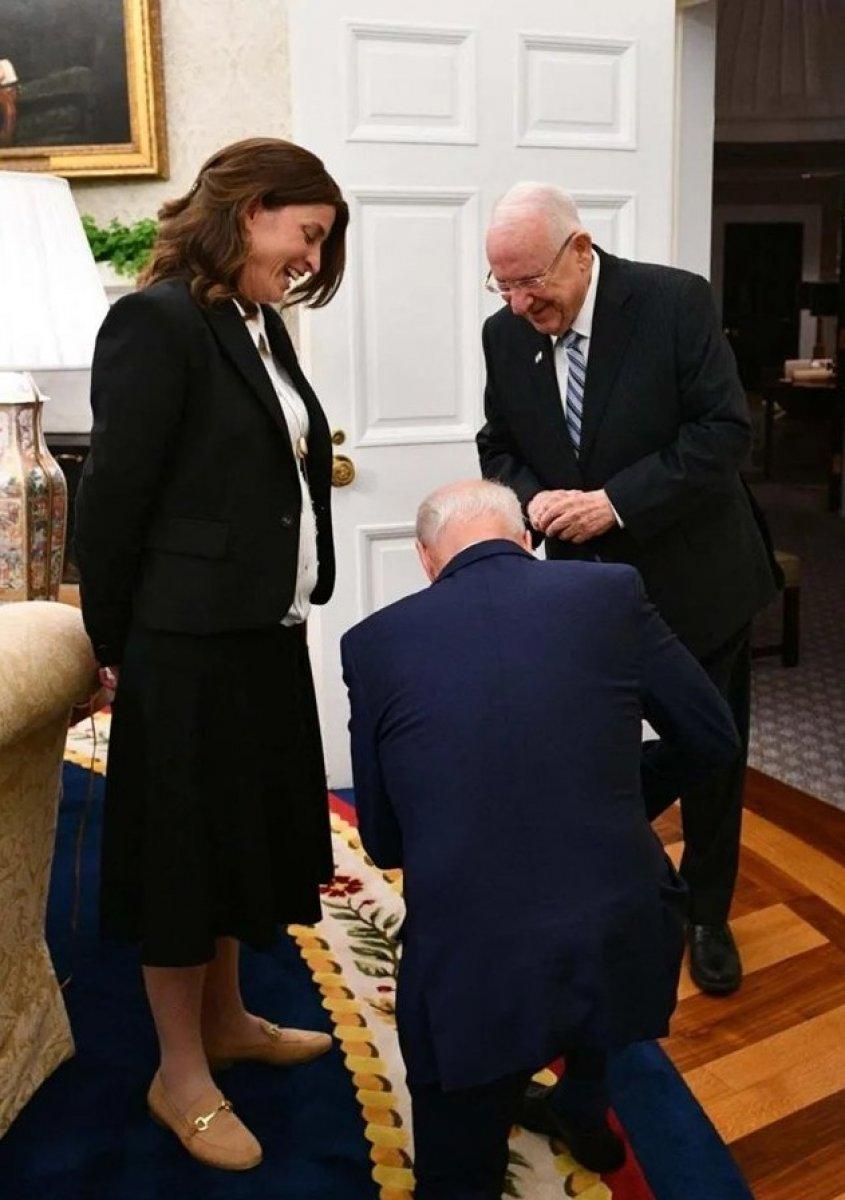 Joe Biden, İsrail Cumhurbaşkanı Özel Kaleminin önünde diz çöktü #1