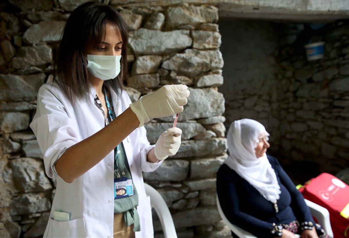 Bitlis te mobil aşı ekibi köy köy gezerek vatandaşları aşılıyor #2