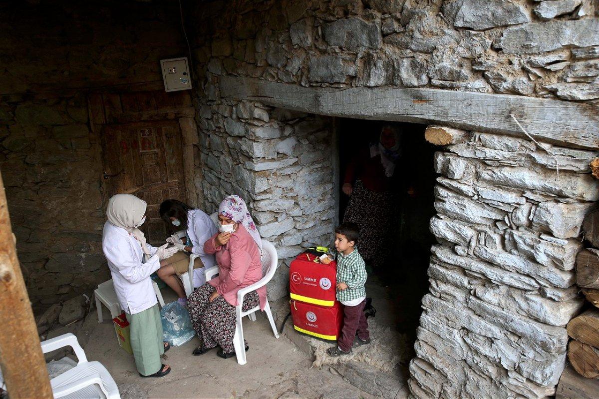 Bitlis te mobil aşı ekibi köy köy gezerek vatandaşları aşılıyor #1