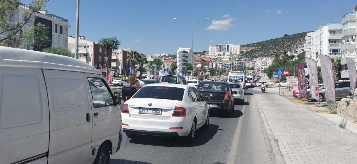 Kuşadası'nda hafta sonu yoğunluğu, yollarda uzun kuyruklar oluştu #3