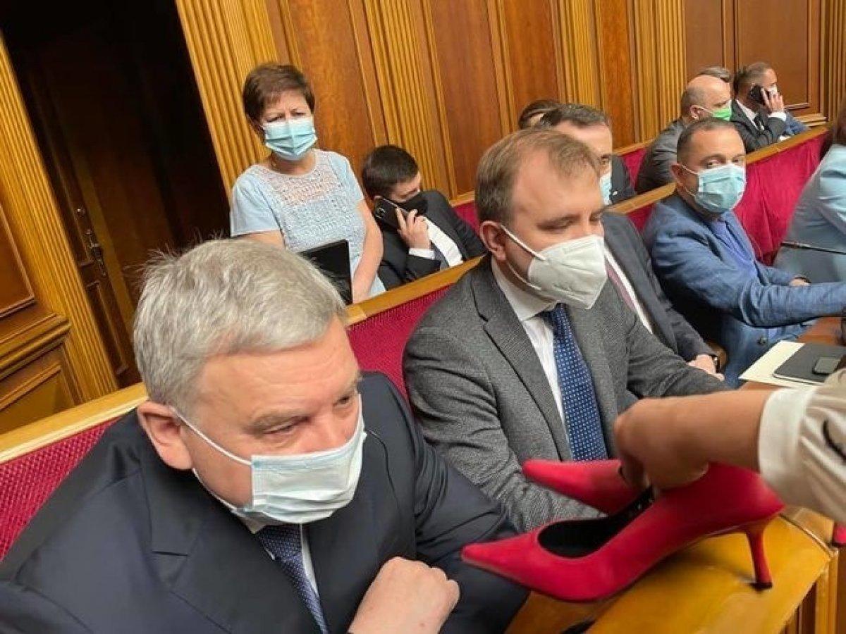 Ukrayna'da kadın milletvekillerinden savunma bakanına topuklu ayakkabı hediyesi  #1