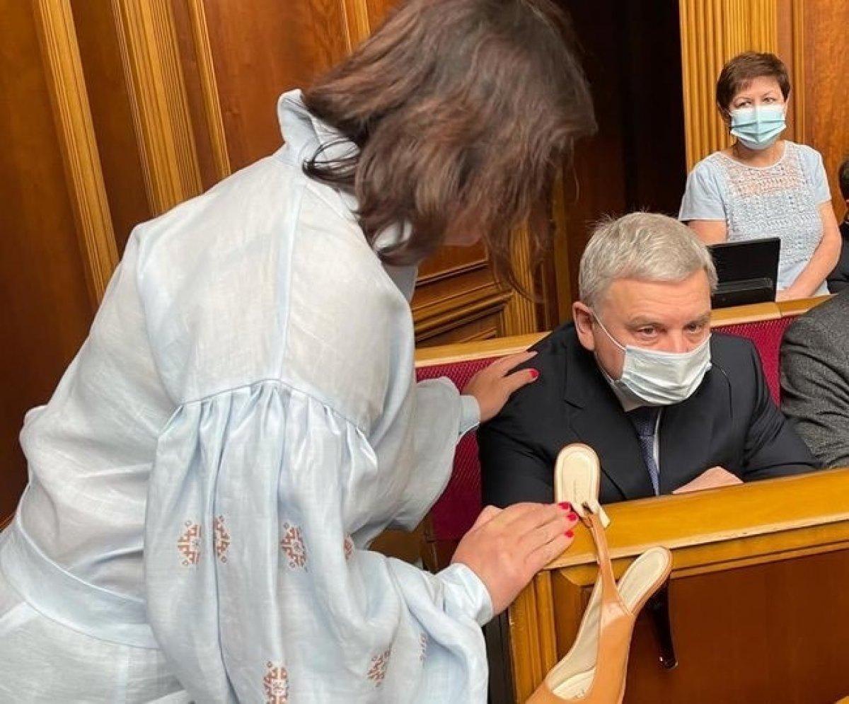Ukrayna'da kadın milletvekillerinden savunma bakanına topuklu ayakkabı hediyesi  #2