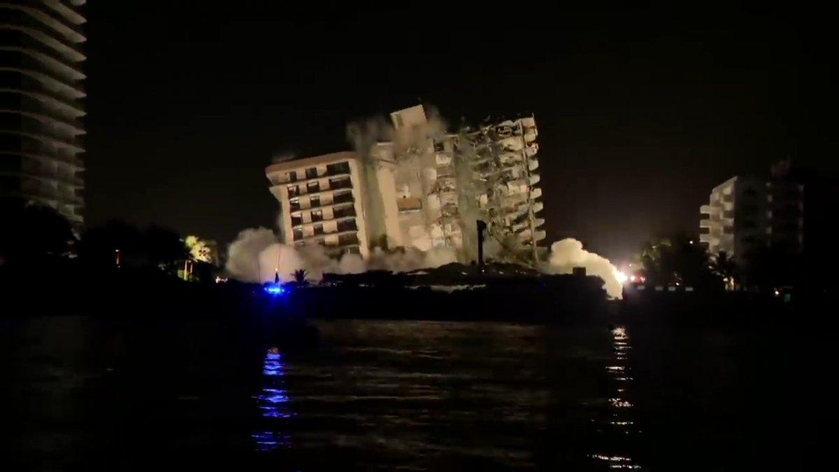 Miami de bir kısmı çöken binanın tamamı kontrollü şekilde yıkıldı #1