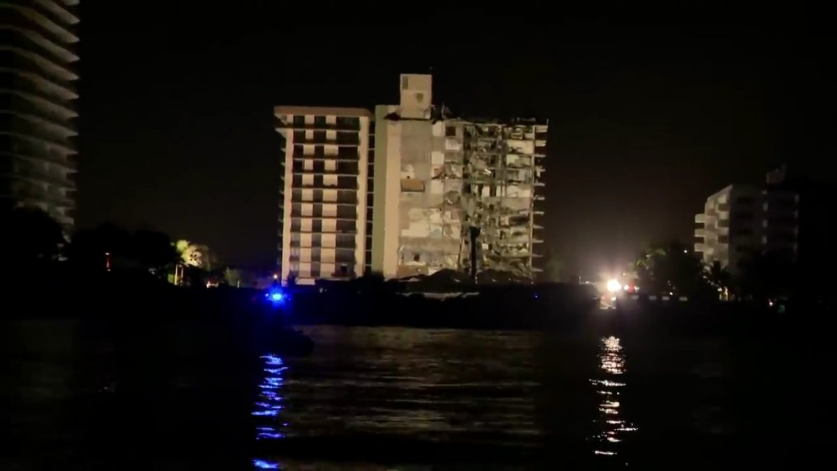 Miami de bir kısmı çöken binanın tamamı kontrollü şekilde yıkıldı #2