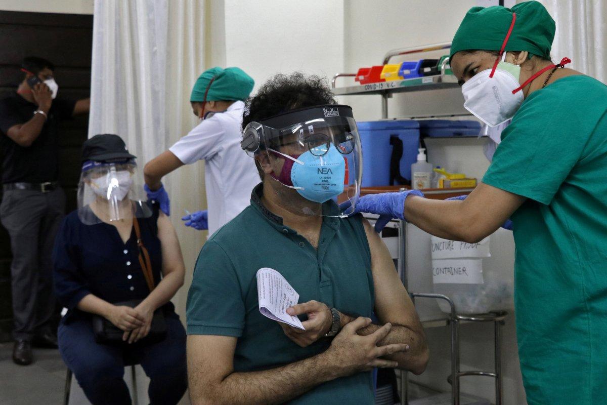 Hindistan da koronavirüs aşısı diye tuzlu su uygulandı #1