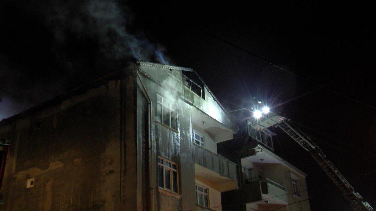 İstanbul da çatı yangını çıktı, mahalleli sokağa döküldü #1