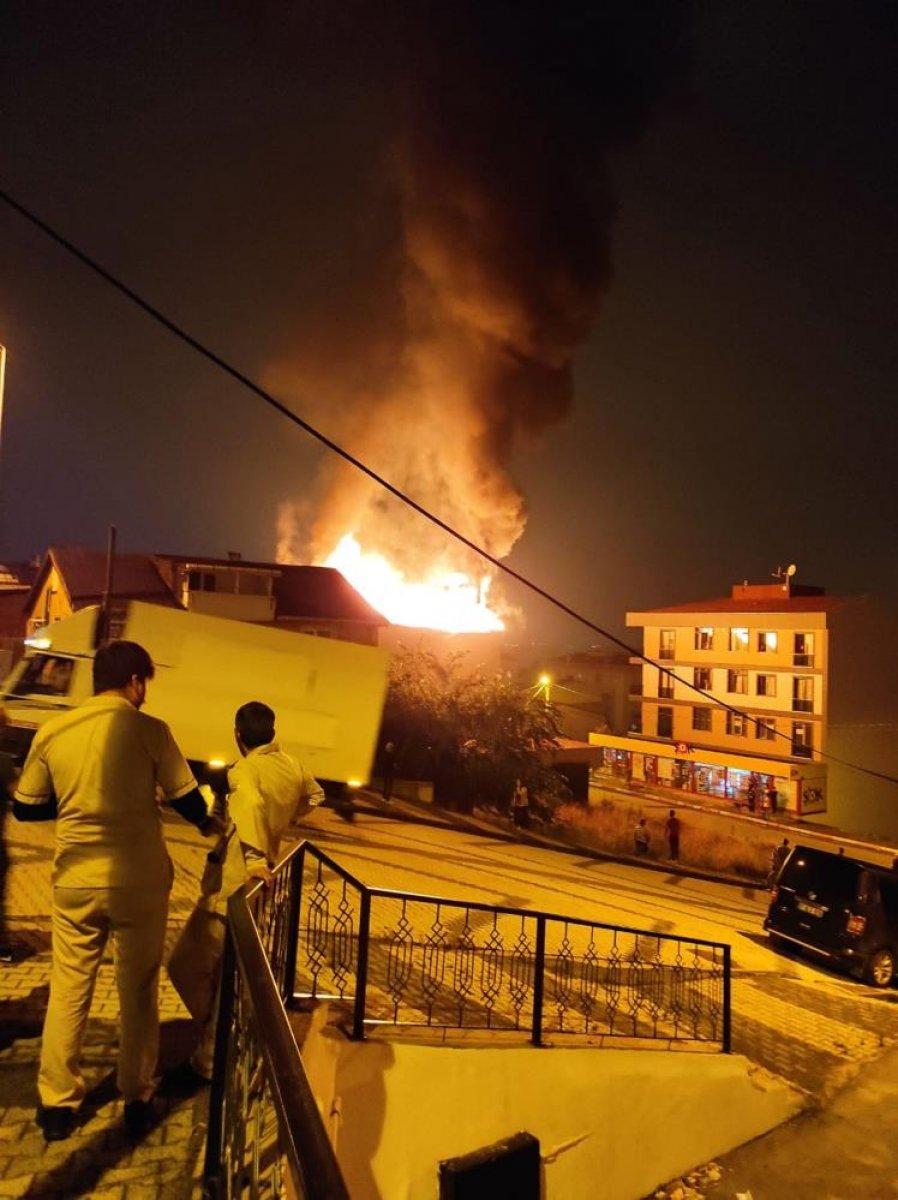 İstanbul da çatı yangını çıktı, mahalleli sokağa döküldü #3