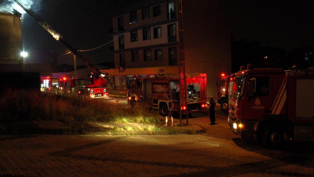 İstanbul da çatı yangını çıktı, mahalleli sokağa döküldü #2