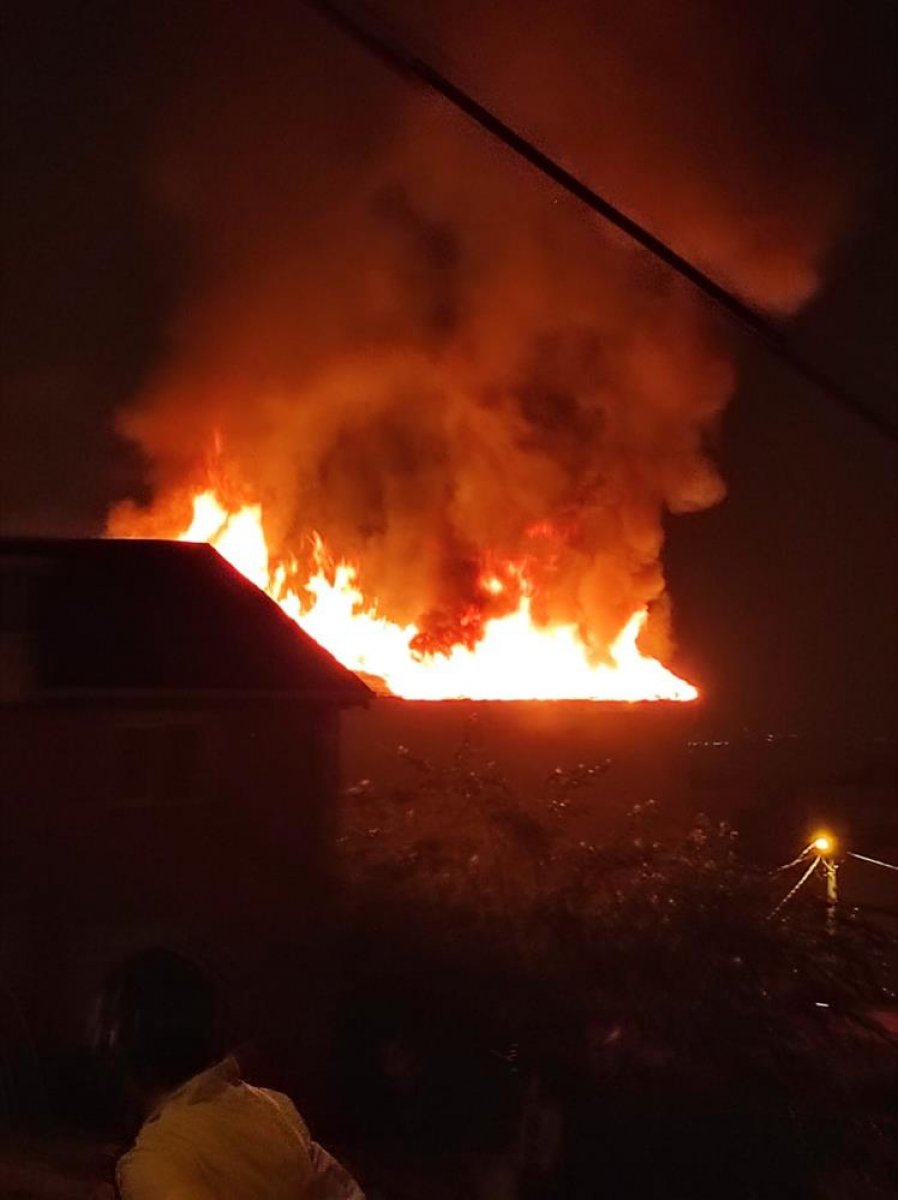 İstanbul da çatı yangını çıktı, mahalleli sokağa döküldü #4
