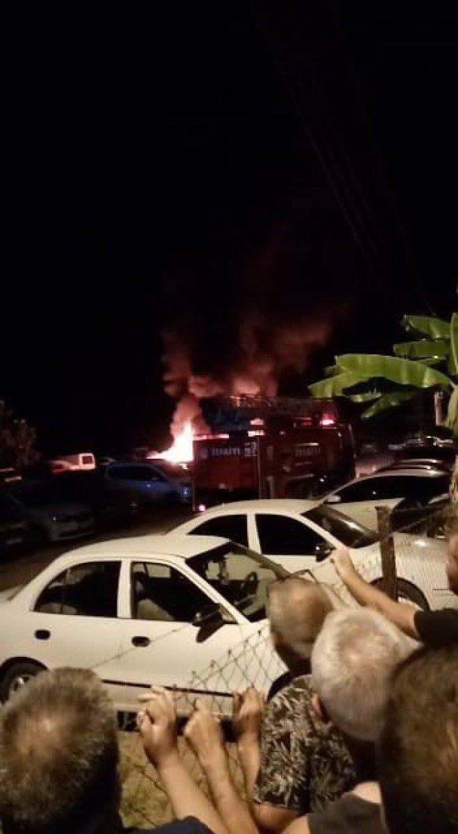 Mersin de otoparkta çıkan yangında 12 araç kül oldu #3
