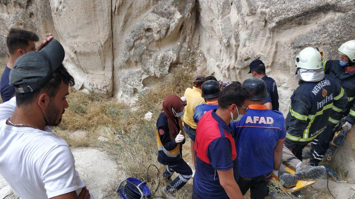 Kapadokya da fotoğraf çeken turist kayalıklar arasında sıkıştı #2