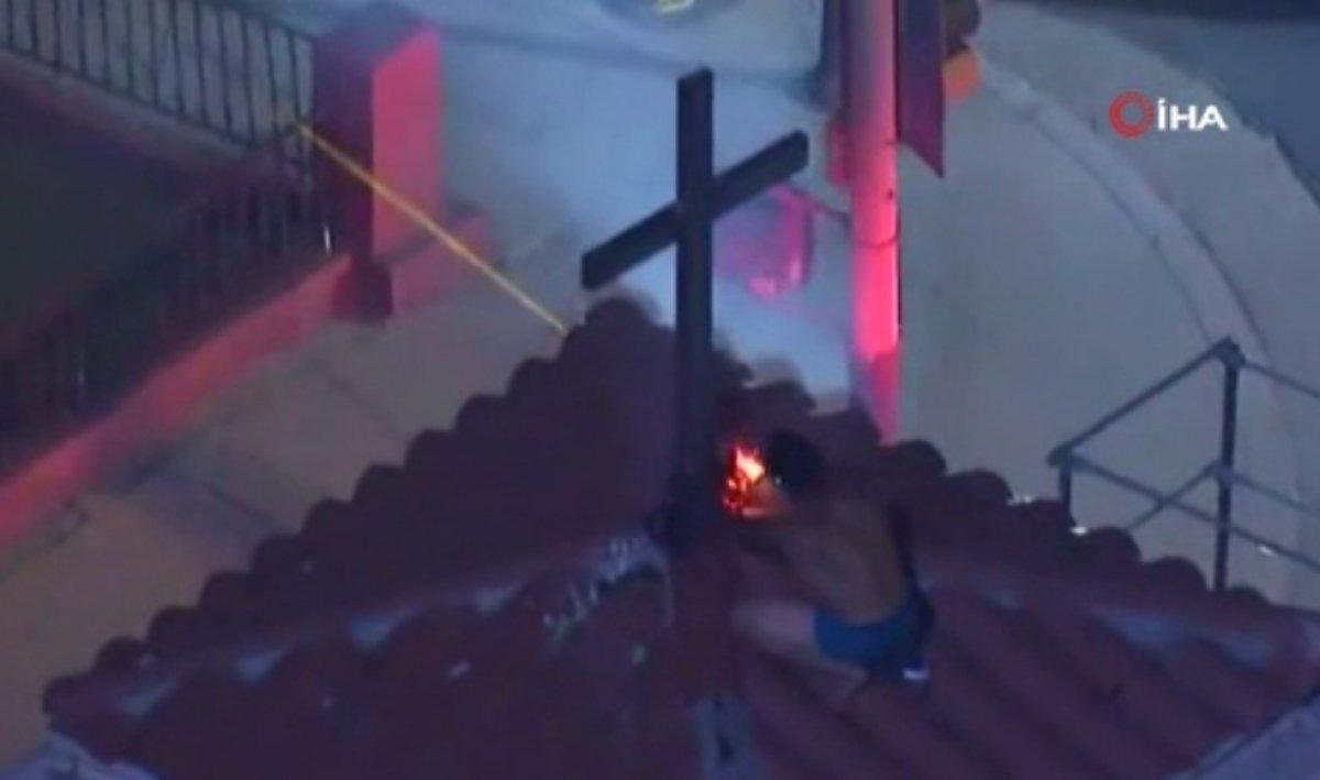 ABD de bir kişi kilisenin çatısındaki haçları yakmaya çalıştı #1