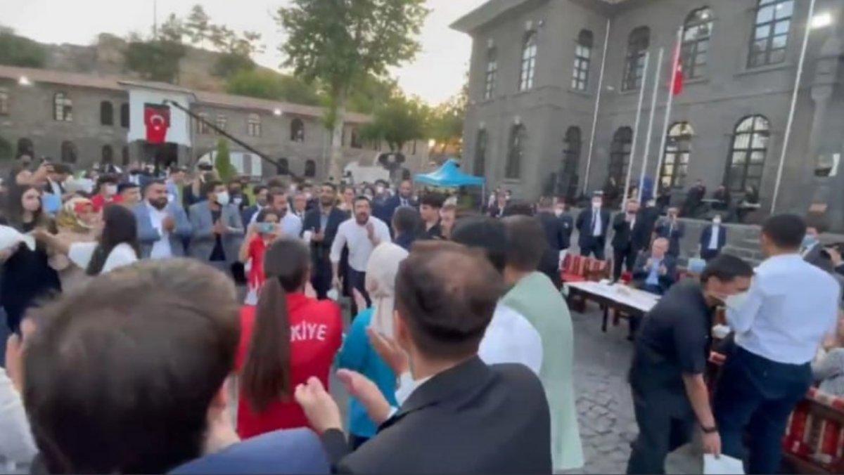 Cumhurbaşkanı Erdoğan ın gençlerle buluşmasında ortaya renkli anlar çıktı #1