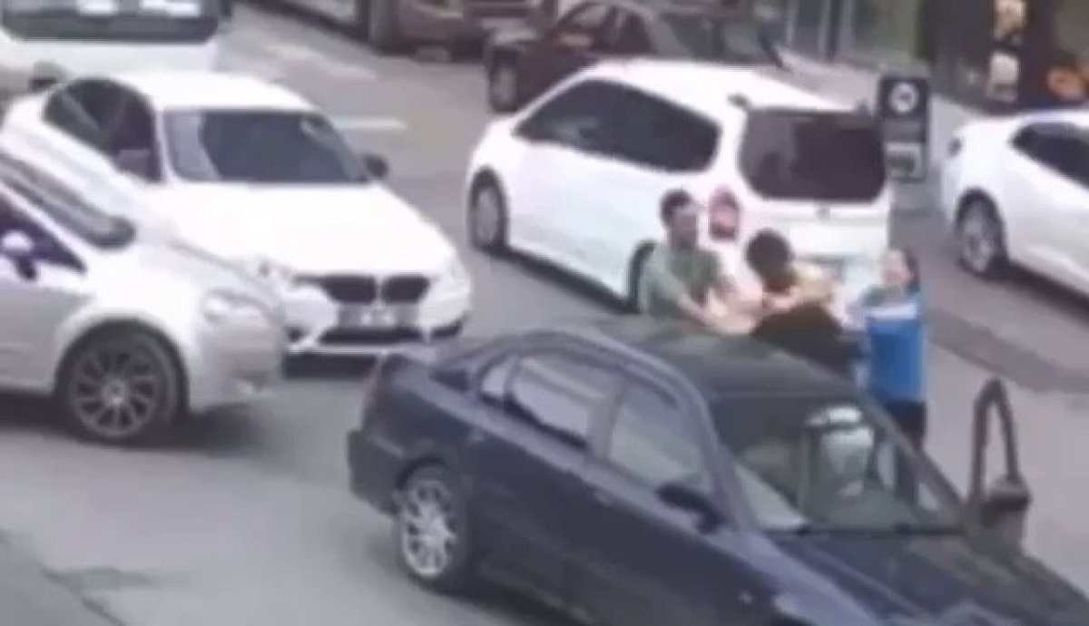 Avcılar da kadın sürücünün eşi araçtan inip trafikte yumruklu kavga etti #1