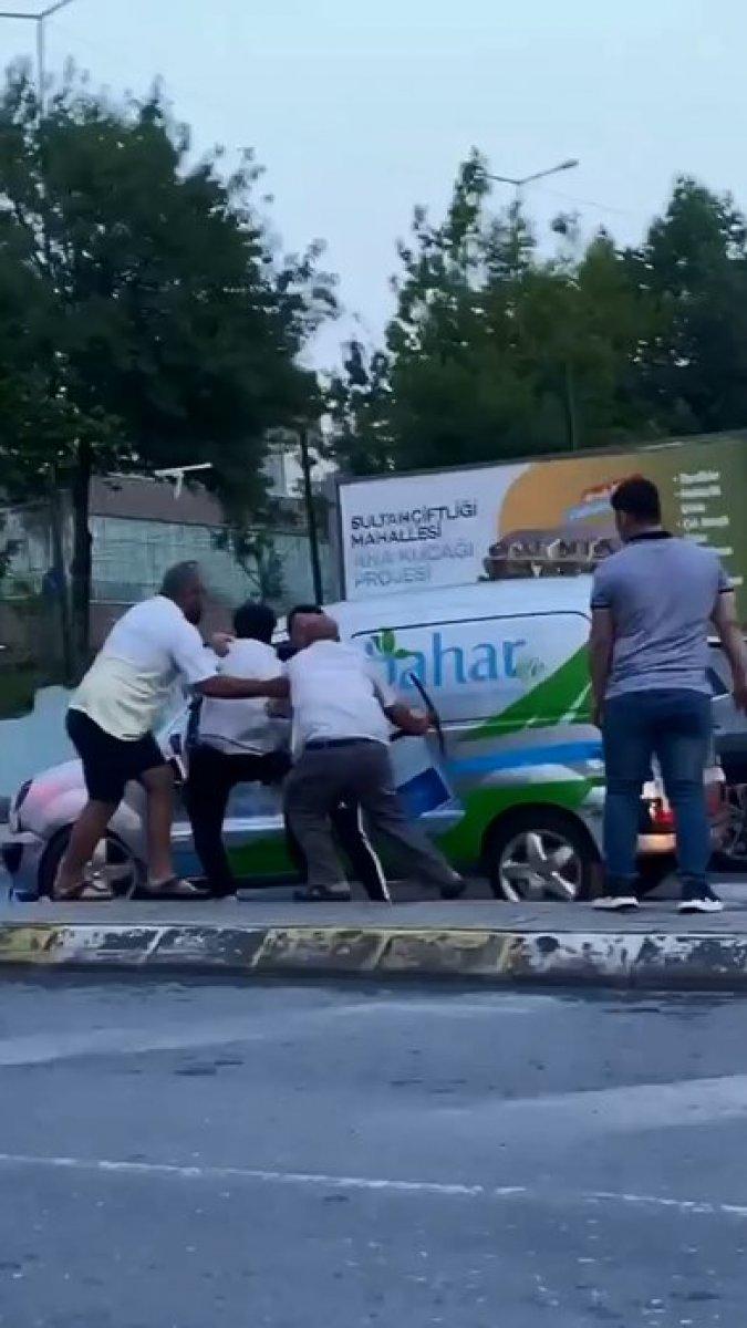 Sultangazi de yol verme kavgası: Kazma ile saldırdı #6