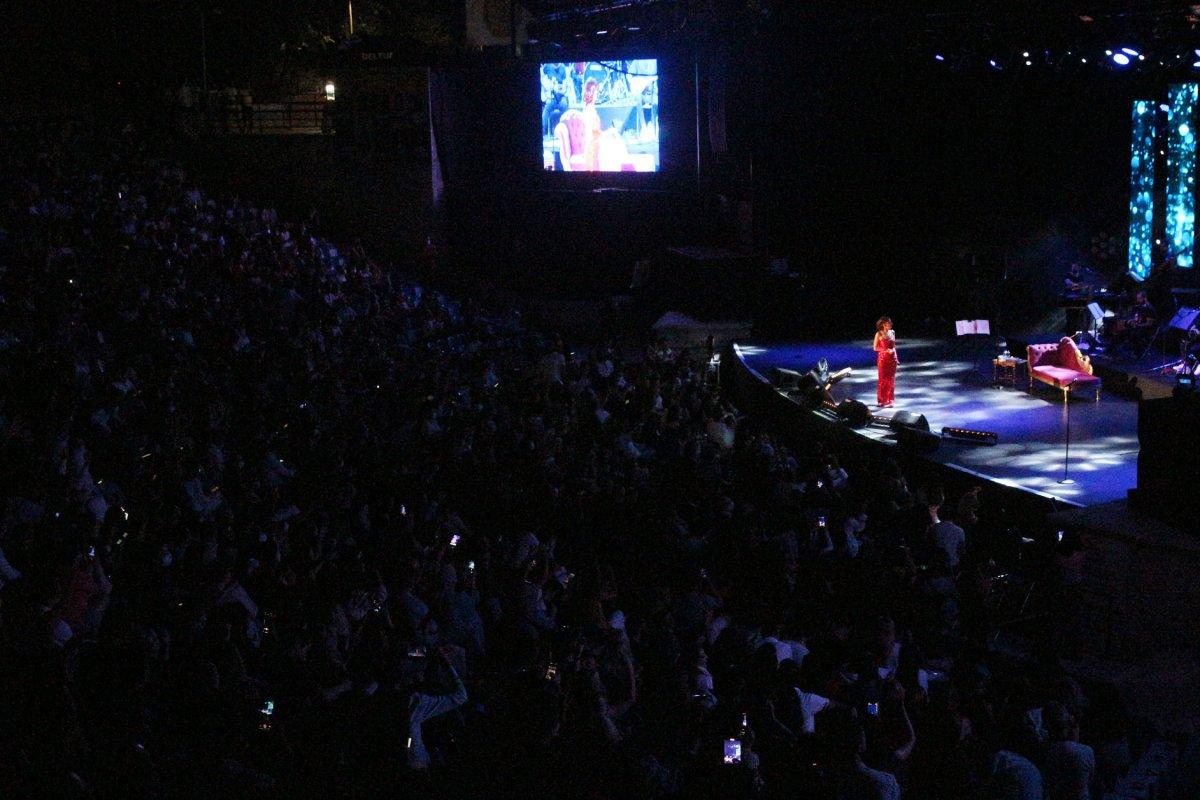 İstanbul'da normalleşme ile ilk konserde Yıldız Tilbe sahne aldı #9