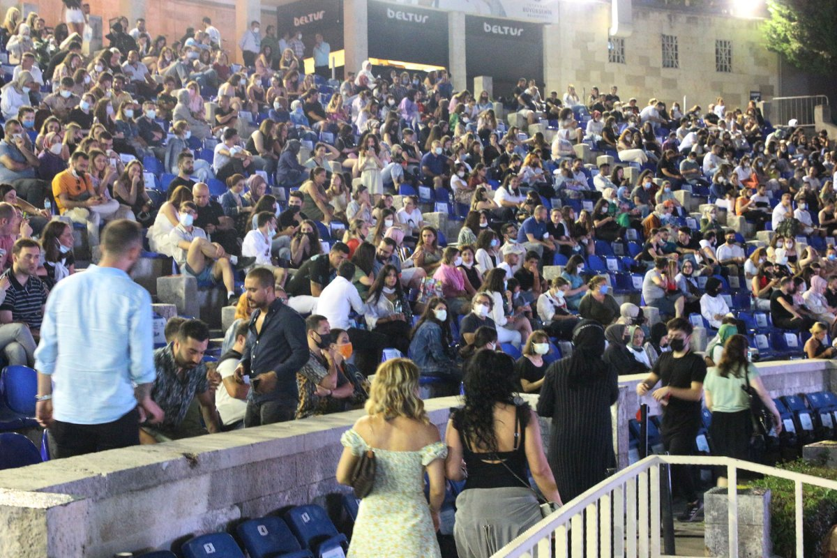 İstanbul'da normalleşme ile ilk konserde Yıldız Tilbe sahne aldı #4