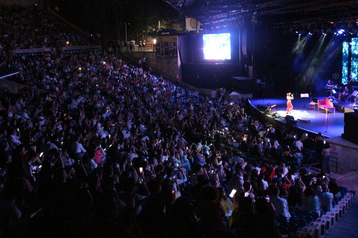 İstanbul'da normalleşme ile ilk konserde Yıldız Tilbe sahne aldı #10
