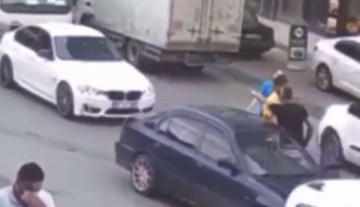 Avcılar da kadın sürücünün eşi araçtan inip trafikte yumruklu kavga etti #2
