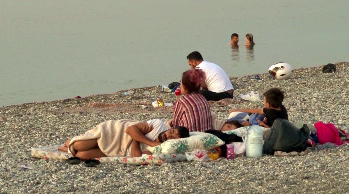 Sıcaklardan bunalanlar Konyaaltı sahilinde sabahlıyor #13