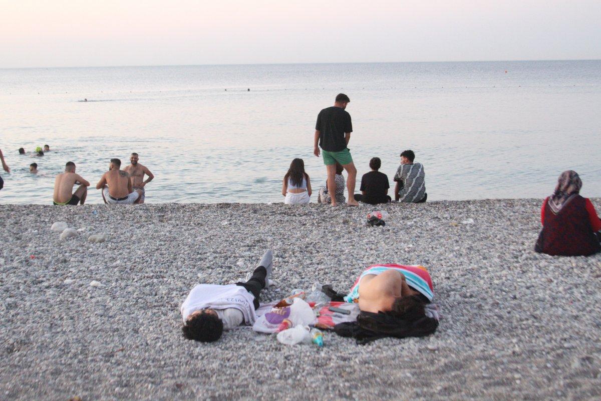 Sıcaklardan bunalanlar Konyaaltı sahilinde sabahlıyor #9