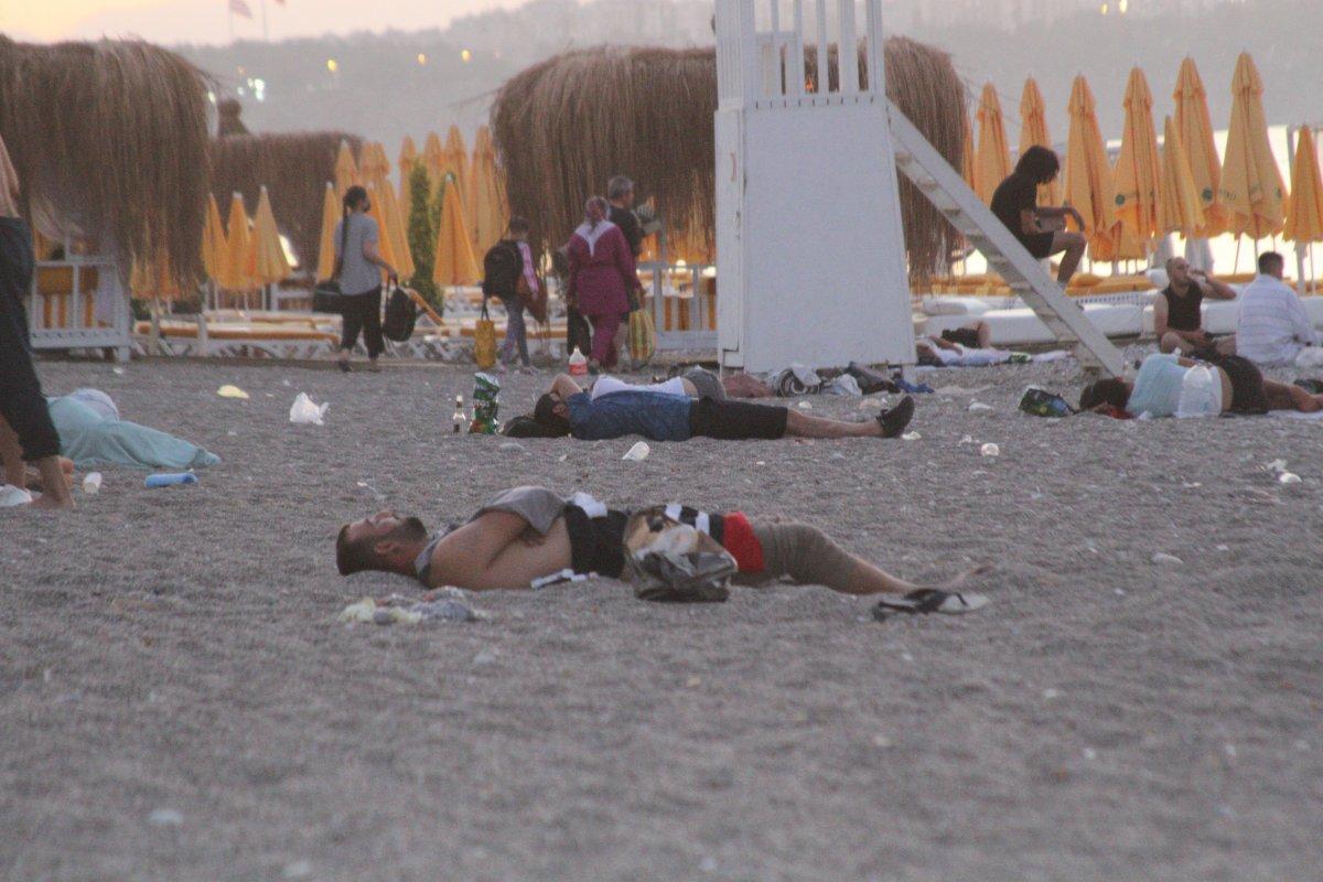 Sıcaklardan bunalanlar Konyaaltı sahilinde sabahlıyor #11