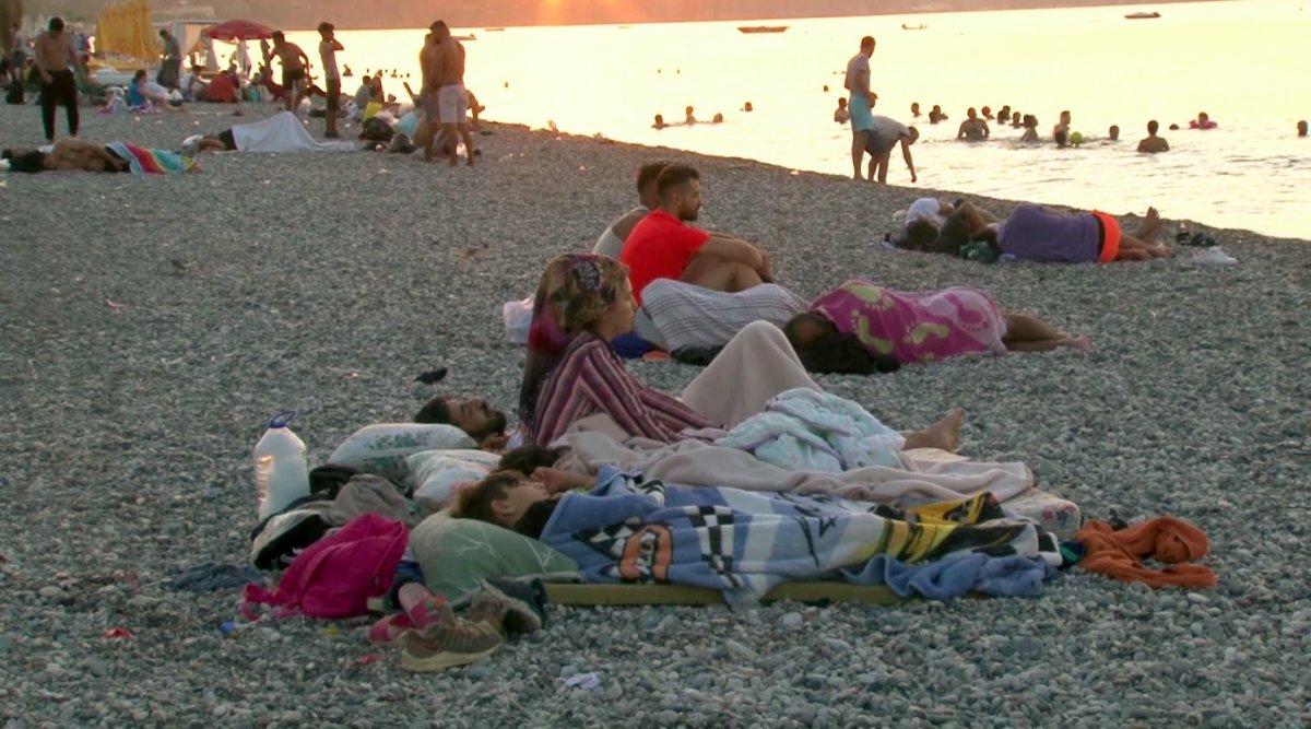 Sıcaklardan bunalanlar Konyaaltı sahilinde sabahlıyor #15