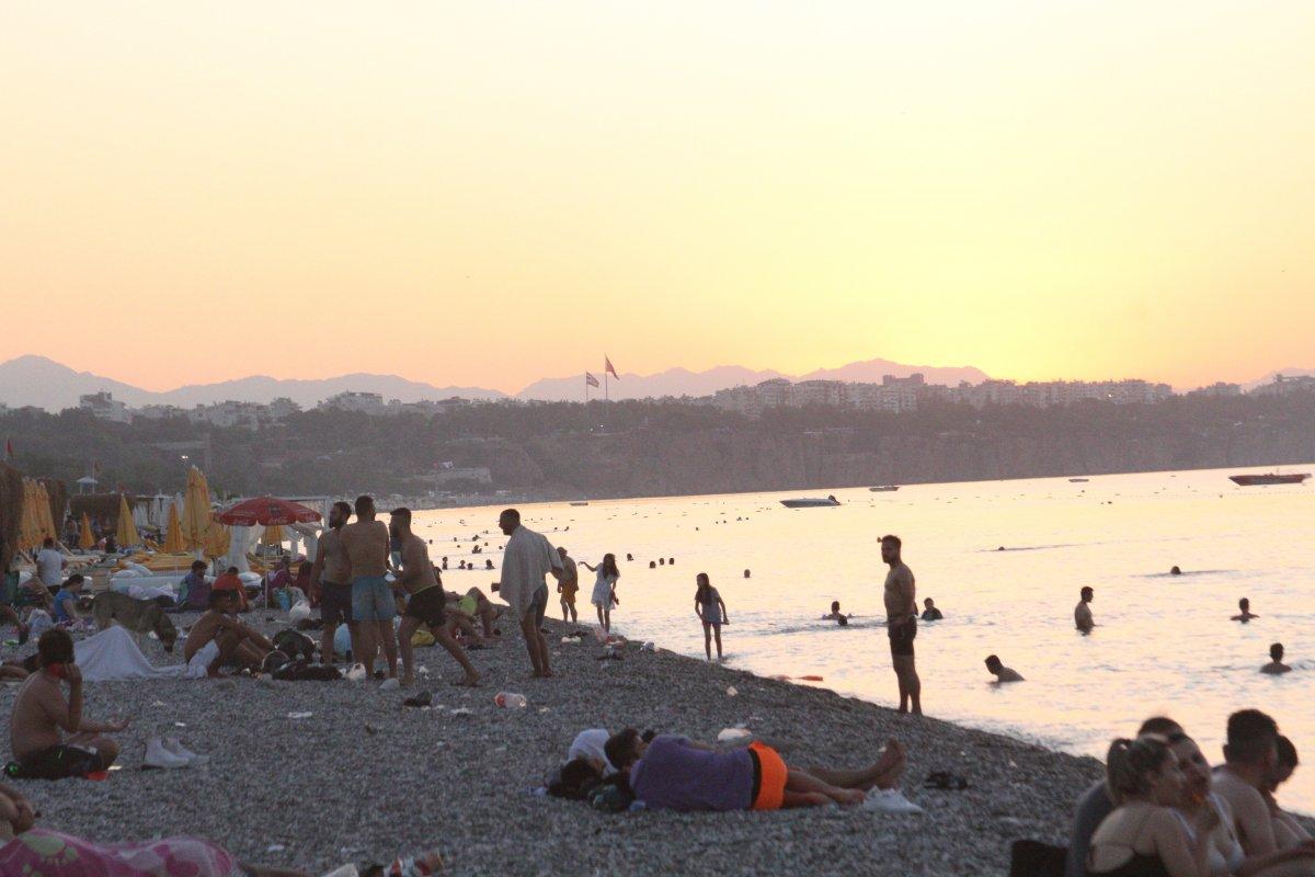 Sıcaklardan bunalanlar Konyaaltı sahilinde sabahlıyor #12
