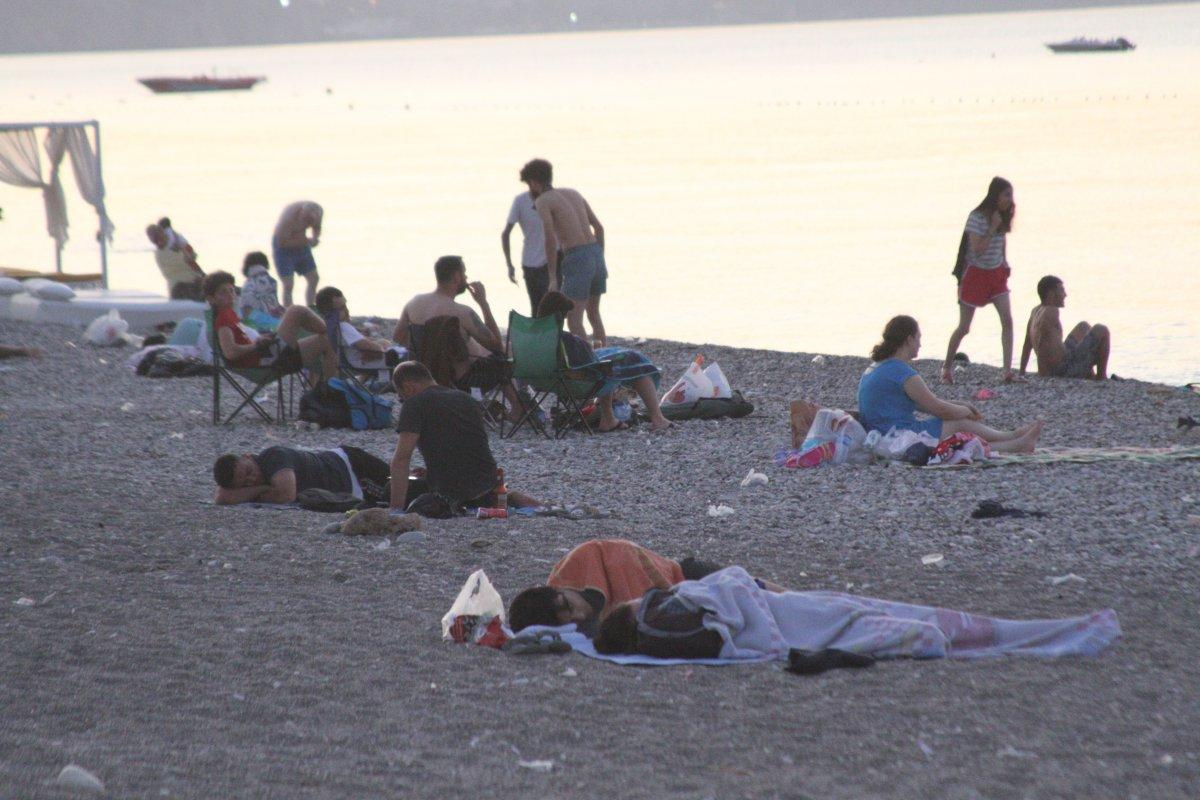 Sıcaklardan bunalanlar Konyaaltı sahilinde sabahlıyor #8