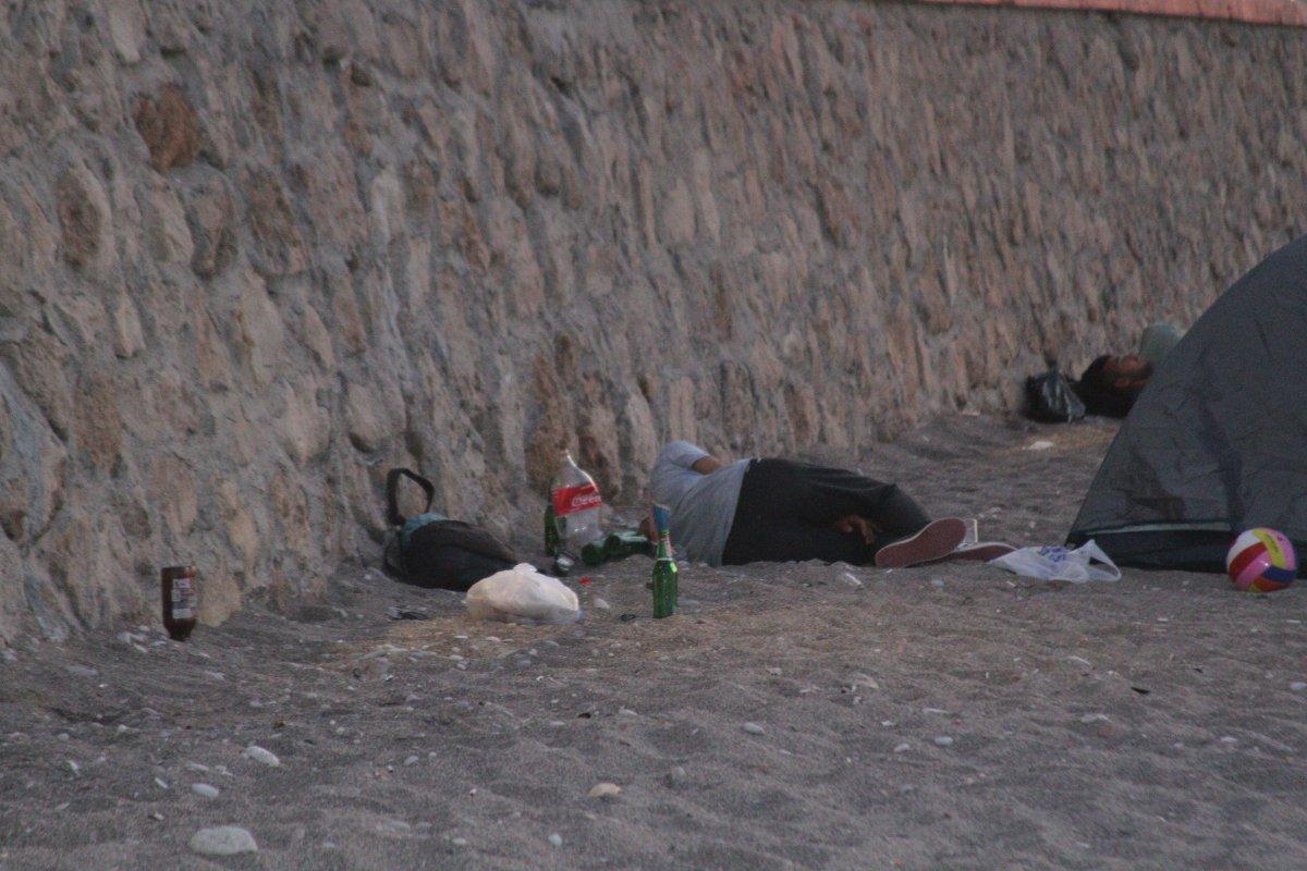 Sıcaklardan bunalanlar Konyaaltı sahilinde sabahlıyor #7