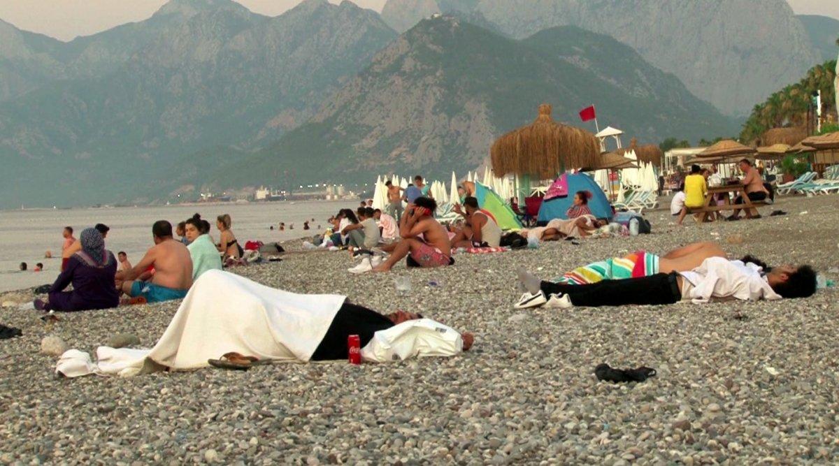Sıcaklardan bunalanlar Konyaaltı sahilinde sabahlıyor #14