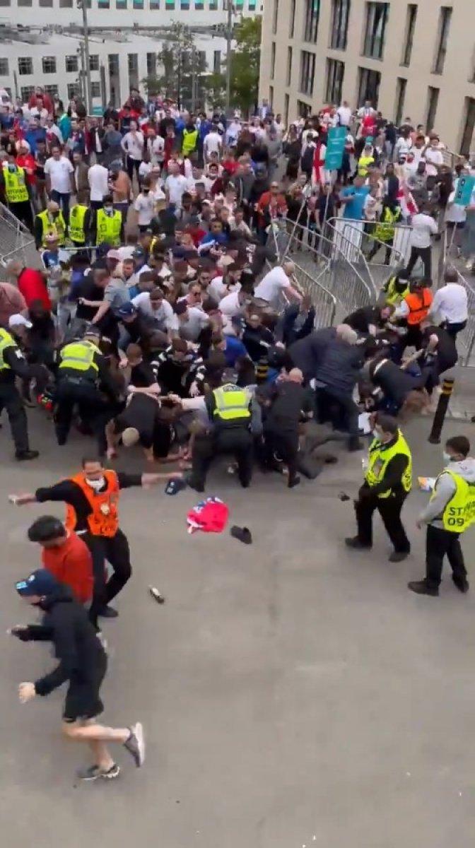 EURO 2020 finali öncesi İngiliz taraftarlar taşkınlık yaptı #5