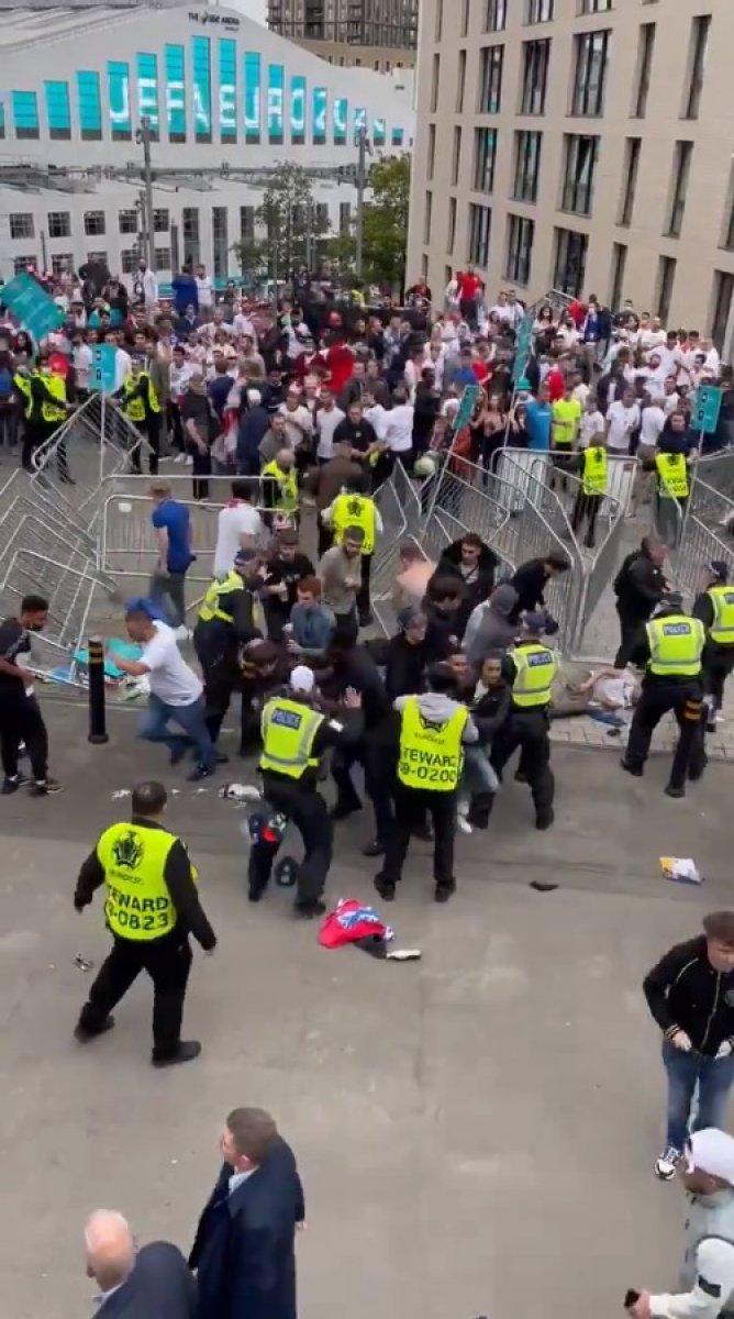 EURO 2020 finali öncesi İngiliz taraftarlar taşkınlık yaptı #6