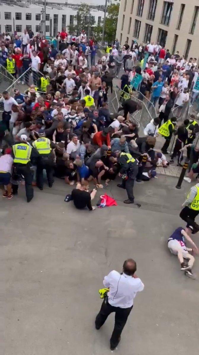 EURO 2020 finali öncesi İngiliz taraftarlar taşkınlık yaptı #4