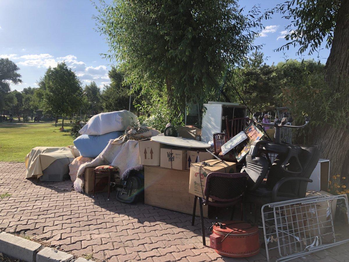 Kayseri de işsiz olduğu için evinden çıkarılan adam oğluyla birlikte parkta kalıyor #2