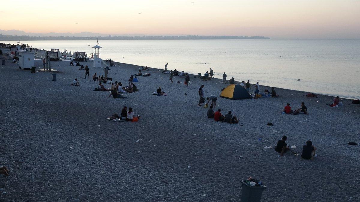 Sıcaklardan bunalanlar Konyaaltı sahilinde sabahlıyor #6