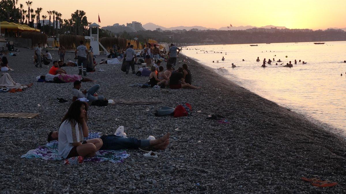Sıcaklardan bunalanlar Konyaaltı sahilinde sabahlıyor #5