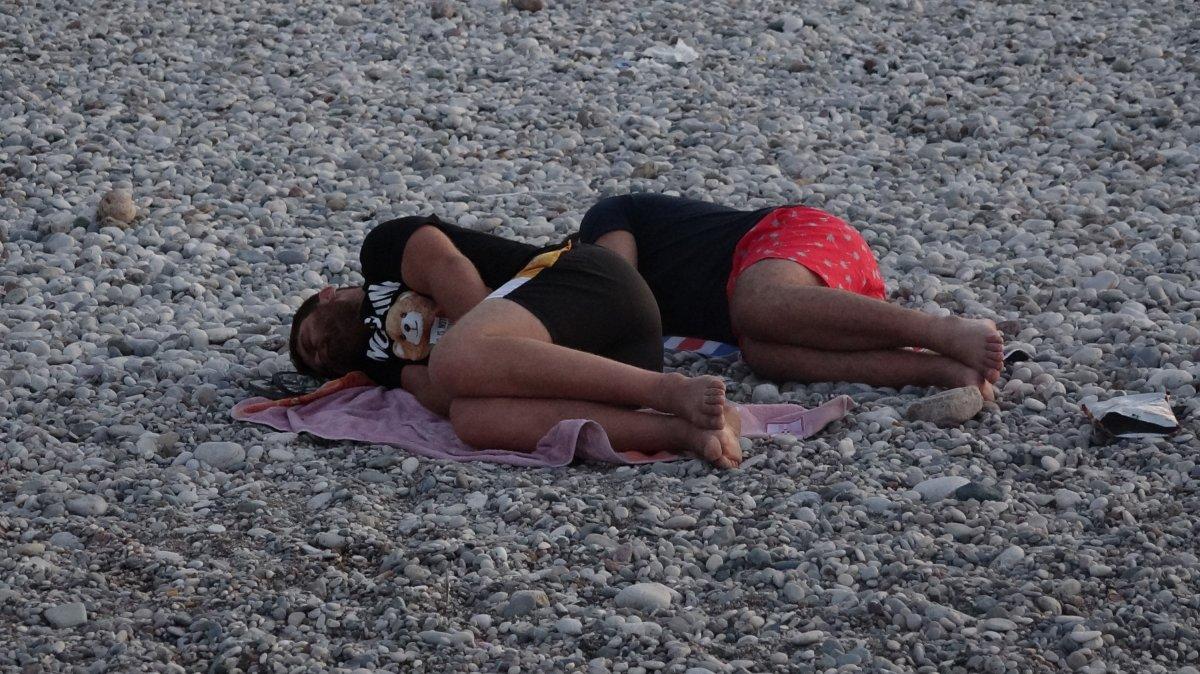 Sıcaklardan bunalanlar Konyaaltı sahilinde sabahlıyor #1