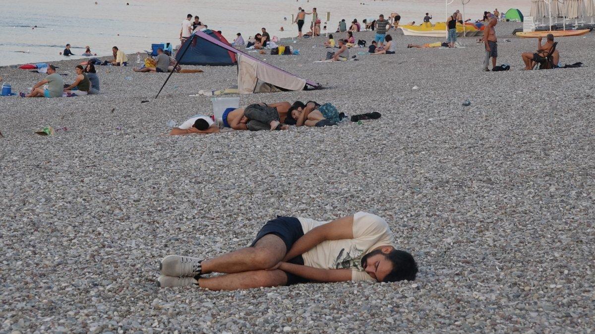 Sıcaklardan bunalanlar Konyaaltı sahilinde sabahlıyor #3