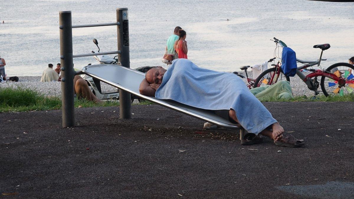 Sıcaklardan bunalanlar Konyaaltı sahilinde sabahlıyor #2