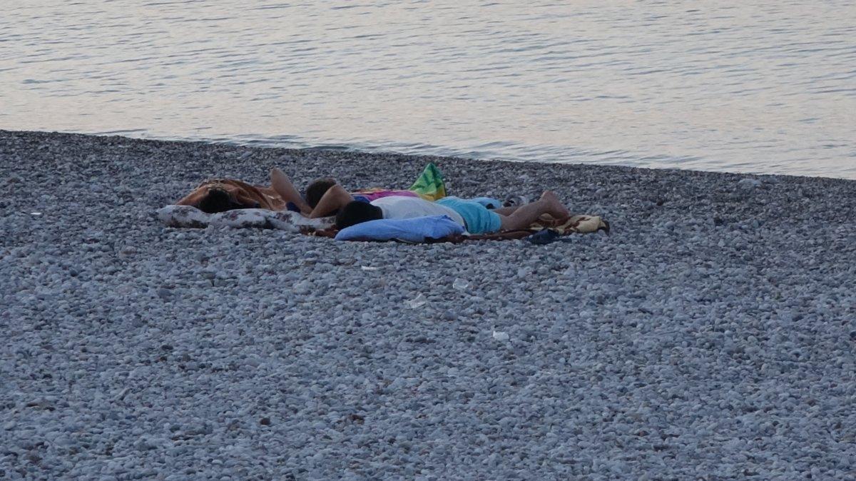 Sıcaklardan bunalanlar Konyaaltı sahilinde sabahlıyor #4